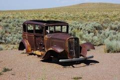 Naufragio abbandonato dell'automobile nel deserto fotografia stock libera da diritti
