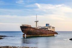 Naufragio cerca de Arrecife, Lanzarote. Fotografía de archivo