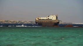 Naufragio cerca del filón en el Mar Rojo, Egipto almacen de metraje de vídeo