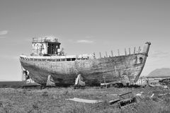 Naufragio de madera y del metal oxidado en la dique seco islandesa en la ciudad de Akranes como símbolo de la corrosión y del dec imágenes de archivo libres de regalías