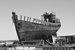 Naufragio de madera y del metal oxidado en la dique seco islandesa en la ciudad de Akranes como símbolo de la corrosión y del dec foto de archivo libre de regalías