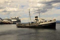 Naufragio e navi da crociera di Ushuaia Immagini Stock