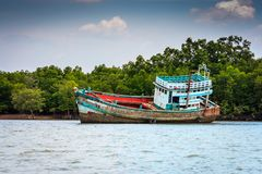 Naufragio hundido mitad en Krabi, Tailandia foto de archivo