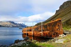 Naufragio oxidado en el fiordo fotografía de archivo libre de regalías