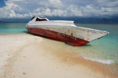 Naufragio sull'isola tropicale Fotografie Stock Libere da Diritti