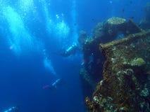 naufragio USS Liberty con molte bolle dell'operatore subacqueo - Bali Indonesia Asia immagine stock