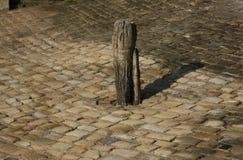 Nauka antyczna drewniana Cumownicza cumownica i brukująca powierzchnia fotografia royalty free