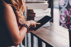 Nauka dla wiedzy Czytającej rezerwuje w bibliotece zdjęcia royalty free