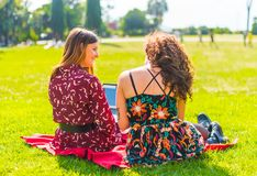 Nauka na pastylce w parku zdjęcia royalty free