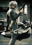 Nauki fikci żeński funkcjonariusz policji pozuje przed jej dżetowym rowerem, będący ubranym hełm i mundur