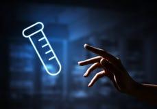Nauki i badania pojęcie z tubka symbolem na ciemnym wewnętrznym tle zdjęcia royalty free