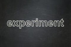 Nauki pojęcie: Eksperyment na chalkboard tle obrazy royalty free