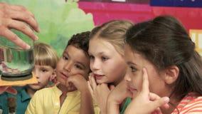 Nauki przedstawienie dla dzieciaków w parku rozrywkim zdjęcie wideo