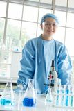 Naukowa badanie i analizuje chemiczne formu?y obraz royalty free