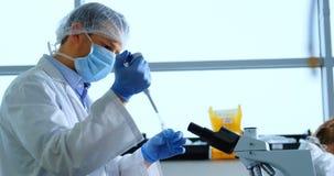 Naukowa doświadczalnictwo w laboratorium 4k zdjęcie wideo