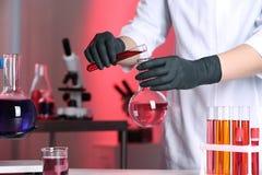 Naukowa dolewania odczynnik w kolbę w chemii laboratorium zdjęcie royalty free