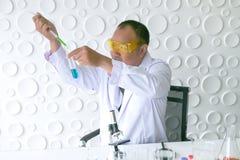 Naukowa eksperyment w laboranckiej nauce zdjęcia royalty free