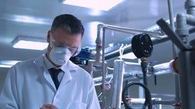 Naukowa writing w czasopiśmie podczas gdy stojący w lab zdjęcie wideo
