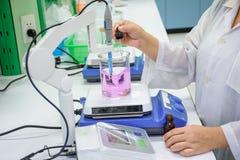 Naukowa zrzutu fluid pobierać próbki w zlewce Obrazy Royalty Free