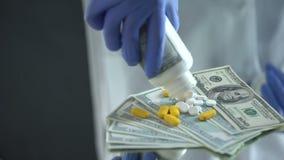 Naukowa zrzutu pigułki na dolarach, droga medycyna, farmaceutyczny biznes zdjęcie wideo