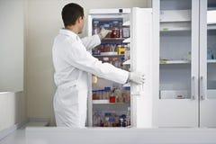 Naukowiec Bierze butelkę Od chłodziarki Przy laboratorium Obraz Royalty Free