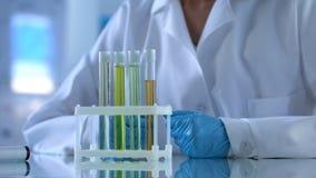 Naukowiec egzamininuje ciecz w próbnych tubkach, mydlarnia przemysł, eksperyment fotografia royalty free