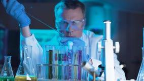 Naukowiec lub technolog robi laboranckiemu testowi zdjęcia royalty free