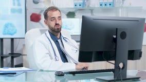 Naukowiec ma wideo wezwanie w jego nowożytnym badawczym centrum zdjęcie wideo