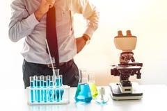 Naukowiec myśleć badanie i rozwój w chemicznym lab Fotografia Stock