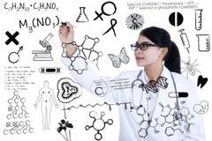 Naukowiec pisze formule zdjęcie stock
