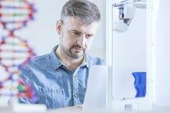 Naukowiec pracuje przy laboratorium obrazy royalty free