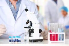 Naukowiec pracuje z mikroskopem w laboratorium Badanie i analiza fotografia royalty free
