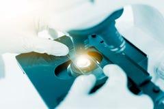 Naukowiec ręka trzyma laboranckiej próbnej tubki, nauki laboratorium Fotografia Royalty Free
