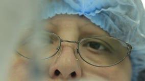 Naukowiec sprawdza lekarstwo Lekarka rozważa lekarstwo lekarstwo czek Naukowiec sprawdza z Florence Ling zbiory