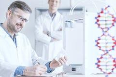 Naukowiec trzyma 3D wydruk fotografia stock
