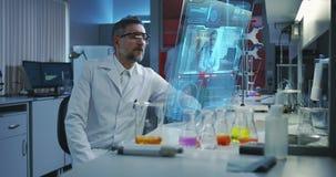 Naukowiec używa holograficznego pokazu ekran zbiory wideo