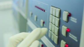 Naukowiec w białej rękawiczce klika na narzędzia guzikach wyposażenie zdjęcie wideo