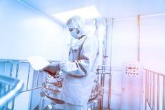 Naukowiec w sprawdzać czytania Błękitny brzmienie Błękitny odcień zdjęcie stock