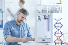 Naukowiec z 3D drukarką Zdjęcia Stock