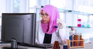 Naukowiec z komputerem w laboratorium zdjęcie wideo