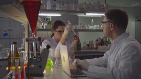 Naukowiec z pomocniczym działaniem w laboratorium w wieczór zdjęcie wideo
