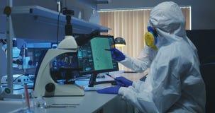 Naukowowie egzamininuje bakterie w lab zbiory