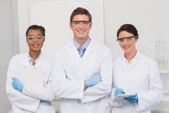 Naukowowie uśmiechnięci i patrzeją kamerę zdjęcie royalty free