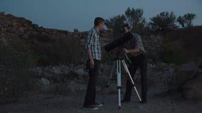 Naukowowie używa teleskop w świcie zbiory
