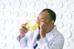 Naukowowie wypadki podczas gdy eksperymentujący z nauką obraz royalty free