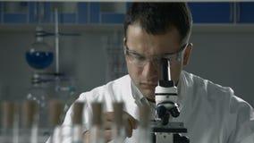 Naukowy badacz używa mikroskop w lab zbiory wideo