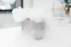 Naukowy eksperyment z kontrparą w chemicznym laboratorium zdjęcia royalty free