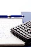 Naukowy kalkulator na maths workbook z błękitnym piórem Zdjęcie Stock