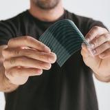 Naukowy trzyma strój jednoczęściowy przejrzysty graphene zastosowanie z binarnym liczby pojęciem. Obraz Stock