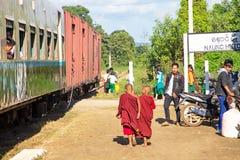 NAUNG HUIO, MYANMAR - 16. November 2015: junge Mönche, die das trai lassen Lizenzfreies Stockbild